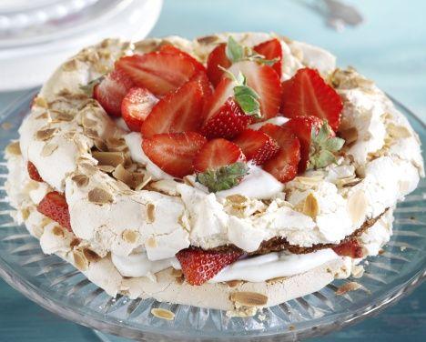 Marenkinen brita-kakku on hurmaava jälkiruoka tai kahvipöydän kaunotar. Voit tehdä pohjat valmiiksi vaikka paria päivää ennen tarjoilua.