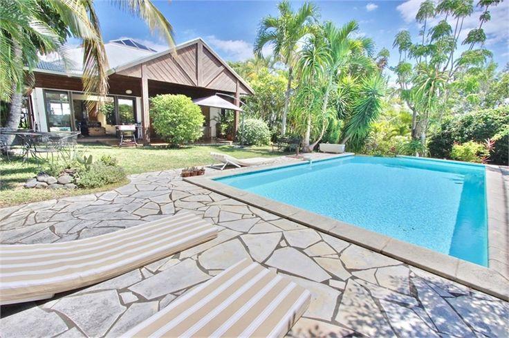 Villa contemporaine de 194 m² à vendre chez Capifrance à Saint-Pierre.     La piscine est l'élément central de la propriété.    Plus d'infos > Vincent Grasser, conseiller immobilier Capifrance.