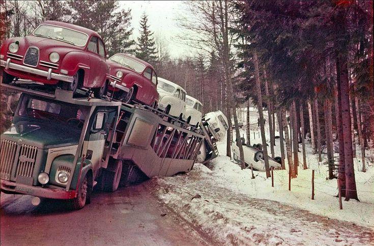 1962_saab_96-osokat_szallito_sved_kamion_a_bajban.jpg