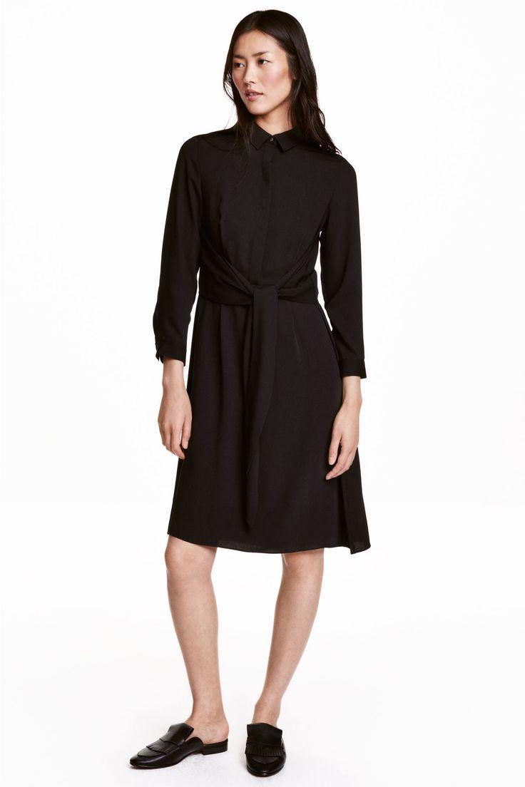 Платье средней длины: Платье длиной до колена из мягкой ткани с легким блеском. На платье воротник и потайная застежка сверху. Сзади отлетная кокетка с завязками, которые можно завязывать спереди или сзади. Отрезное по талии, широкая юбка. Без подкладки.