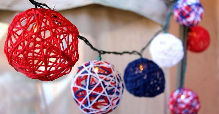 Cómo hacer guías de luces patrióticas para el Cuatro de Julio. Crea una iluminación patriótica para tu próxima reunión del Cuatro de Julio. Estos globos rojos, blancos y azules, hechos con lana, son tan divertidos de armar que toda tu familia deseará ayudarte. Además de ser unas cubiertas de iluminación festivas, puedes usar estos globos de lana para crear guirnaldas o simplemente puedes exhibirlos en un ...