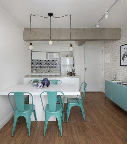 A sala deste apê de 85 m² ganhou um clima urbano graças ao revestimento de tijolinho nas paredes
