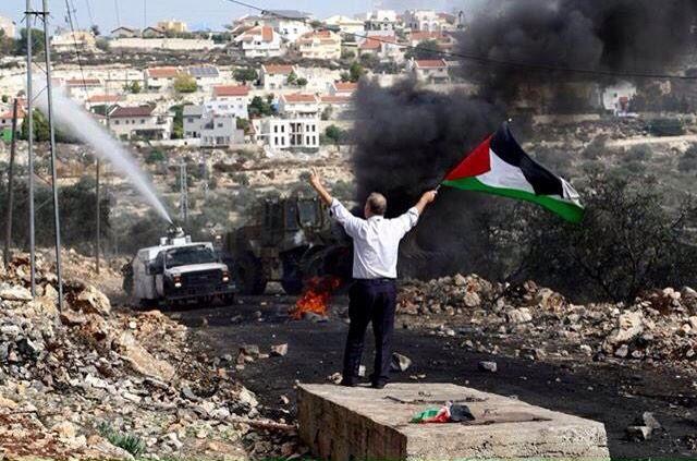 أيها الذاهبون إلى صخرة القدس مرّوا على جسدي أيها العابرون على جسدي لن تمروا أنا الأرض في جسد لن تمرّوا