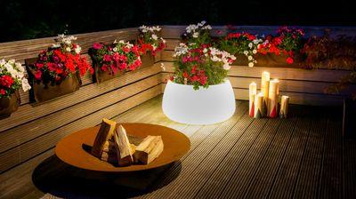 Abends auf dem Balkon, können Blumen und Deko durch das richtige Lichtt nochmal in Szene gesetzt werden.