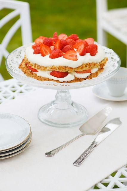 Sommartårta med nötmarängbotten