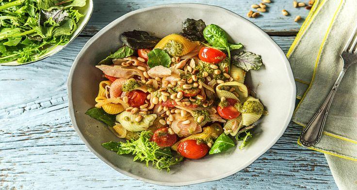 De conchiglie tricolore in dit gerecht - ook wel driekleurige schelpenpasta - vormt samen met de groene pesto en rode cherrytomaten een vrolijk geheel. Groene pesto past in veel gerechten, maar wist je ook dat het heel goed samengaat met tonijn?