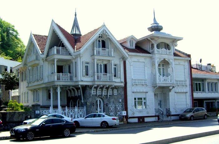 KEFELIKÖY DIKRANYAN EFENDI YALISI Dikranyan Efendi Yalısı; İstanbul Boğazı'nın Rumeli Yakasında Sarıyer Kefeliköy caddesi ile Hacıosman Caddelerinin kesiştiği noktada 1895 tarihinde Mimar Raimondo D'Aranco'ya inşa ettirilmiştir. Kefeliköy Caddesi üzerinden girilen, bodrumlu, zemin üzeri bir normal kat ve çatı katından oluşmaktadır. Ahşap karkas, bahçeli, yapının yüksekliği 10.88 metredir. Normal katta orta aksta yaşmaklı bir balkon ve çatı katındaki cihannüma balkona ahşap soğan kule başlığı