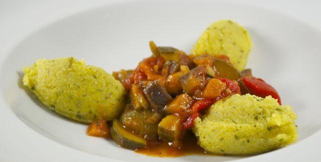 Polenta-Kräuter-Nocken mit Ratatouille-Gemüse