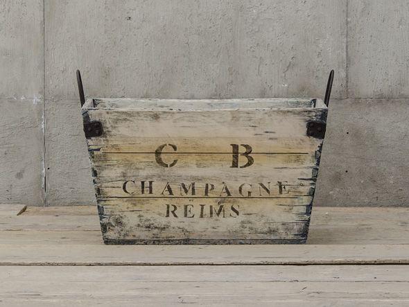 シャンパンが入っていた木箱をモチーフにデザインされた収納ボックス。表に書かれている「REIMS」は「ランス」と言い、シャンパンの産地として有名なフランス・シャンパーニュ地方の実際に存在する商業都市の地名です。ヴィンテージ加工が施されたこのボックスは、長い年…