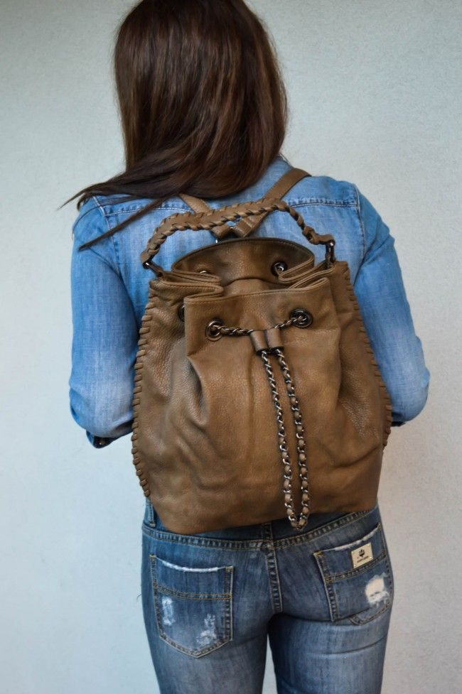 Light Brown Leather Look Backpack Σακίδιο πλάτης με ρυθμιζόμενα λουράκια και εσωτερικές θήκες. Κλείνει με εσωτερικό φερμουάρ και σουρώνει με λουράκι με διακοσμητική αλυσίδα. 19,90 €