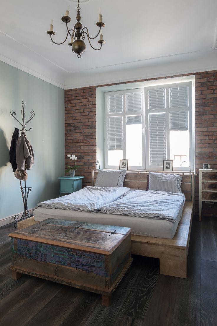 Weekend nadchodzi! Klimatyczna sypialnia. W naszych wnętrzach odpoczywasz przez cały tydzień.  Ceglana ściana, minimalistyczne drewniane łóżko. Szafki w stylu shabby chic. Zabytkowe dodatki. Ekskluzywna sypialnia z niezwykłym klimatem.