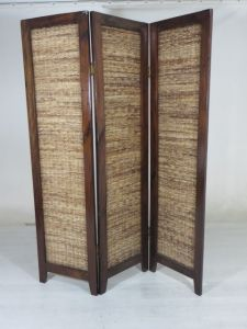 Hard houten kamerscherm bestaande uit 3 schermen met riet bekleed. In prima staat. Maat: breedte 150 en hoogte 190 CM.