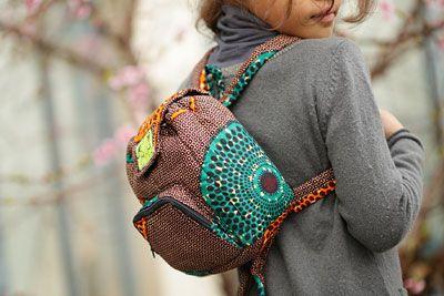 """Petit sac à dos pour enfants  créé en tissu africain """"wax"""" imprimé, avec un rembourrage anti-choc en mousse, disponible en plusieurs couleurs et plusieurs tailles.."""