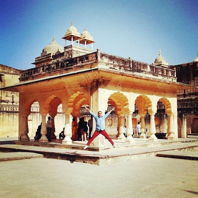I am feeling so fly like a G6. | Inside the great amer fort, Jaipur.  #travelindia #ig_sharepoint #ig_photostars #ig_india #storiesofindia #typewriter #writersofig #india_gram #igramming_india #ngtindia #architecturelovers #archilovers #fort #fashionblogger #explorertales #indianphotography #instagramhub #archdigest #architecture #atxperience #yourshot_india #documentary #cntgiveitashot #beautifuljaipur #rajasthan #jaipur