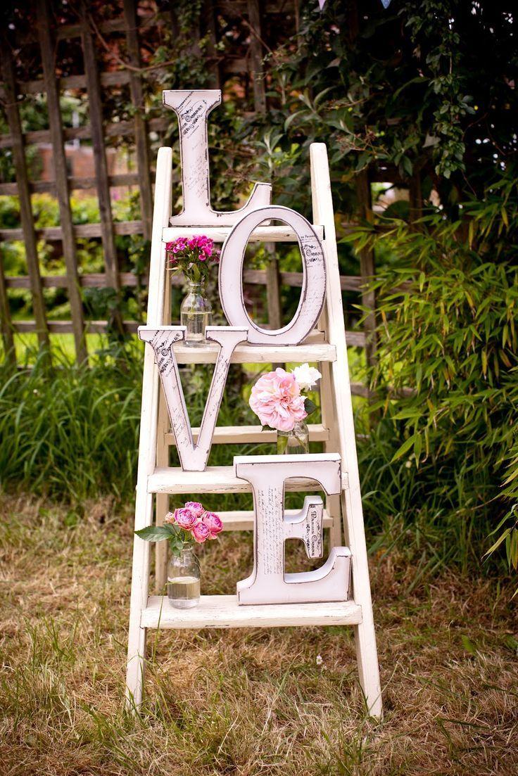 Rénovez une vieille échelle, et disposez des lettres pour former le mot love. Ajoutez quelques pots de fleurs, et voilà, vous avez une belle décoration 100% homemade...