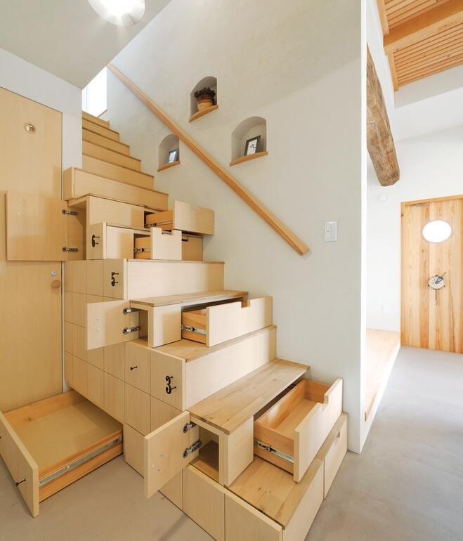Astuces gains de place dans l'escalier. Grace à ses différents rangements sous l'escalier, on gagne de l'espace de rangement. // Tips gains up the stairs. Thanks to its various storage under the stairs, we gain the storage space.