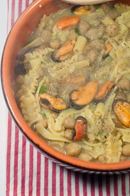 pasta ceci e cozze         Pasta fagioli e cozze è un classico della cucina campana, siccome mi piacciono tanto i ceci ho voluto prova...