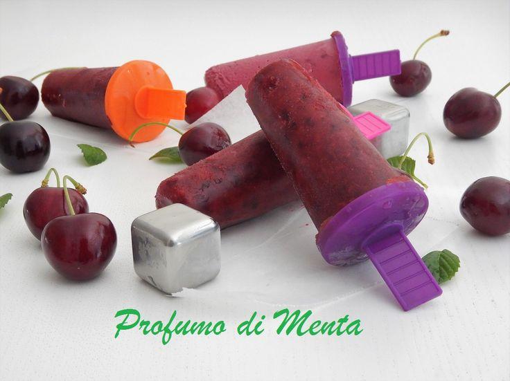 Oggi vi lascio la ricetta dei ghiaccioli alla ciliegia homemade. Con questo caldo sono l'ideale, freschi, dissetanti e leggeri.
