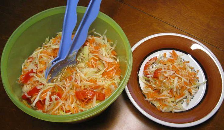 En sallad med bra hållbarhet, minst 1 vecka. Morötter, vitkål, paprika, purjolök och en vinägerblandning.