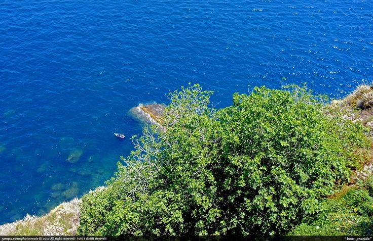 Relax nel mare incantato di Procida, isola selvaggia e incontaminata.