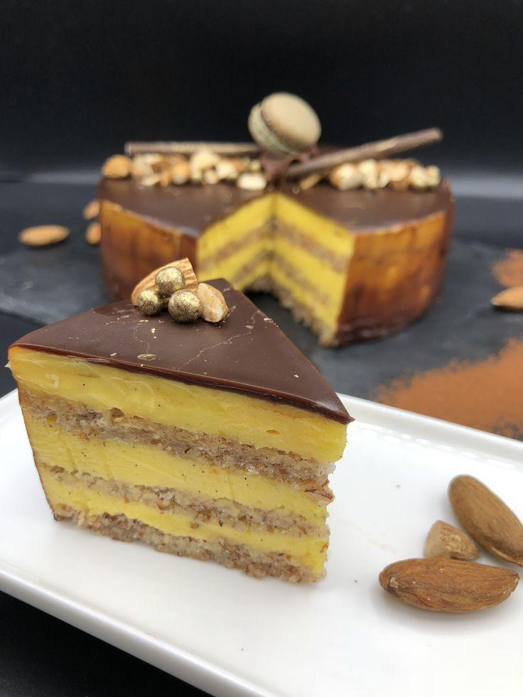 Suksessterte med tre lag gul krem og sjokoladeglasur. Oppskrift fra Marit Hegle.