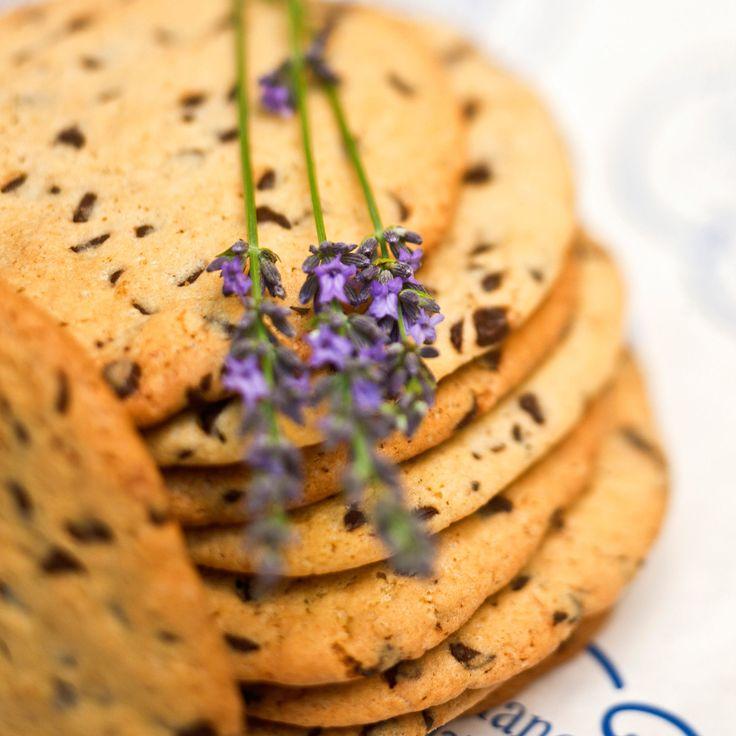 Découvrez la recette Cookies à la lavande sur cuisineactuelle.fr.