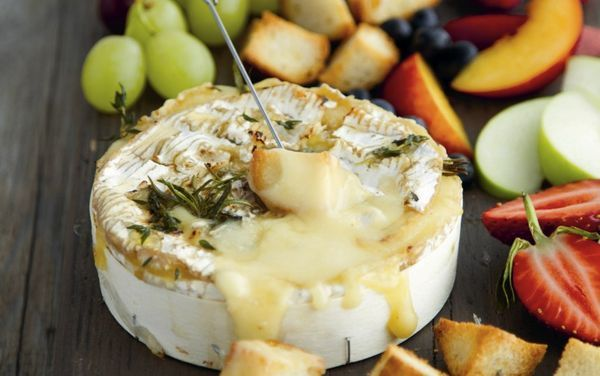 寒い季節にぴったりの「カマンベールフォンデュ」をご紹介します。丸ごとチーズを使った海外でも大人気のレシピです。みんなでわいわい盛り上がりましょう♡