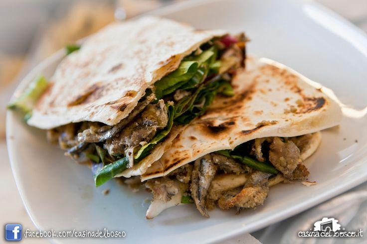Piadina sardoncini, radicchio e cipollotto #rimini #italianstreetfood#italianfood #piadina#piada#cucinaitaliana#CasinadelboscoSeguici: www.facebook.com/casinadelbosco