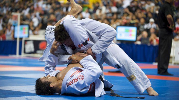 Wat is Braziliaans Jiu Jitsu (BJJ)? Braziliaans jiu-jitsu (BJJ) is een vechtkunst/vechtsport, waarbij word gevochten in een Gi (een soort judopak). Het gevecht begint staand waarbij je probeert de tegenstander zo snel mogelijk naar de grond te krijgen.  Op de grond gaat het gevecht verder en proberen de deelnemers punten te scoren aan de hand van dominante posities.  Een partij kan gewonnen worden met een klem of verwurging. Braziliaans jiu-jitsu (BJJ) kenmerkt zich om te overwinnen door…