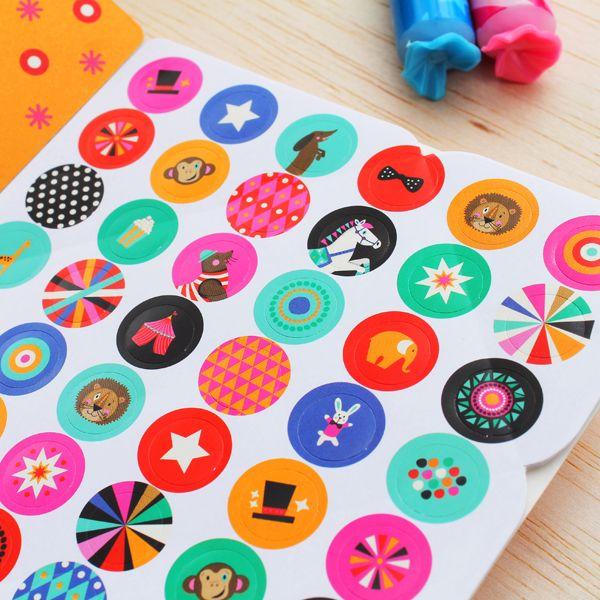 Stickers incluidos en nuestros Blocks para mensajes. Consíguelos en www.hojas.com.co