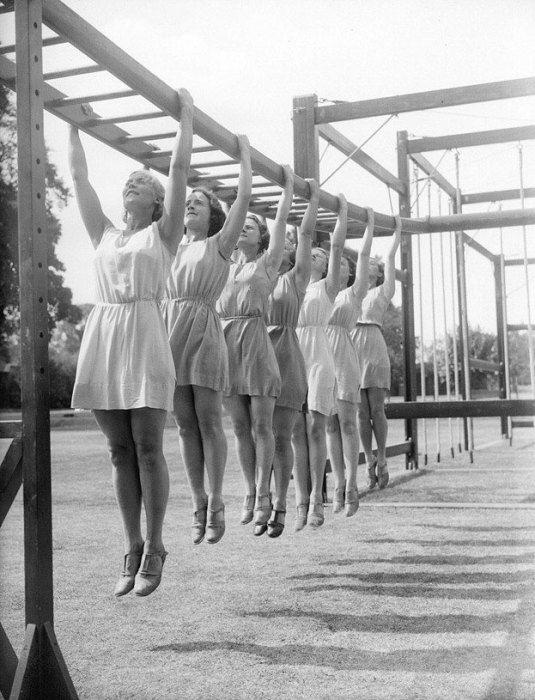 Физкультурницы на разминке 1930-е года.