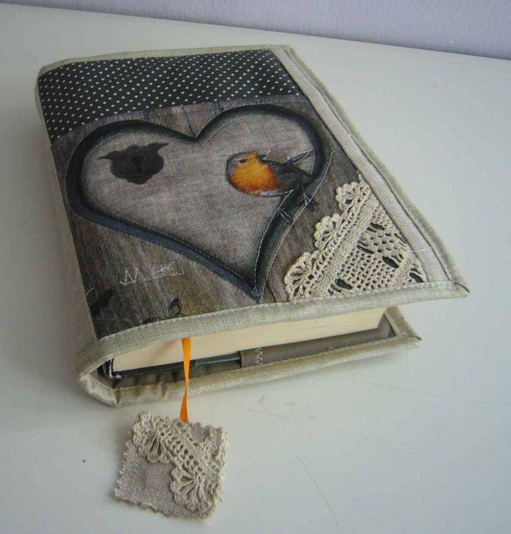 Originální obal na knihu s kapsou 8 Originální, autorský obal na knihu je ušitý z bavlněných látek. Je vyztužený, vatovaný,prošívaný a podšívkovaný. Na předním díle je všitá vatovaná,podšívkovaná a prošívaná kapsa, dozdobená krajkou. Nechybí záložka. Vnitřní rozměr - 34,5 x 22 cm postačí na většinu knih. Obal je velice pevný, originální a můžete jej ...