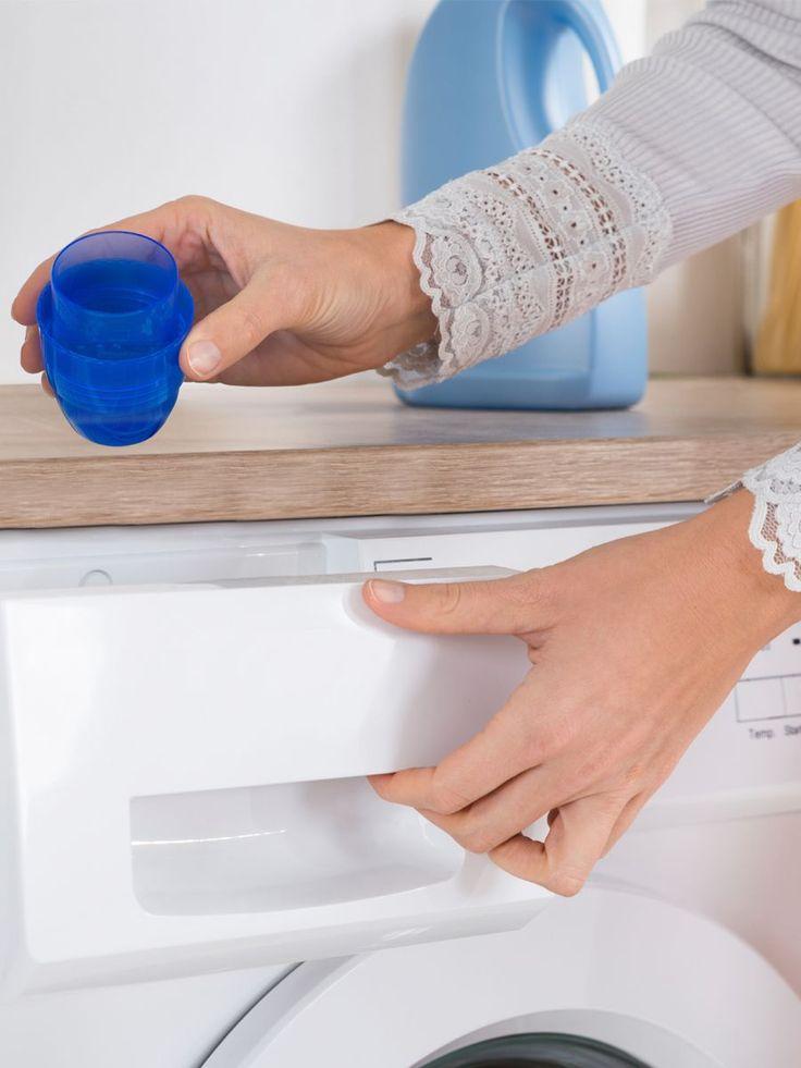 Essig ist super als Waschmittel geeignet. Der Essig lässt die Farben der Wäsche strahlen, entfernt Fussel und Tierhaare und vieles