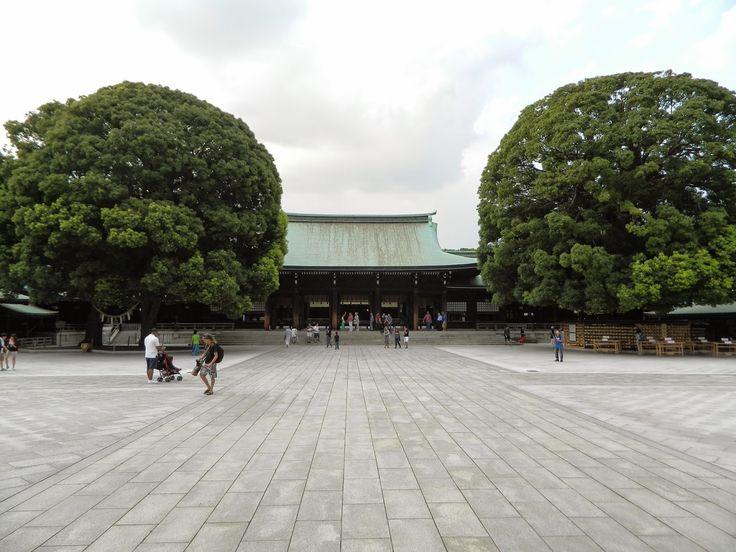 Sanctuaire Meiji, Japon   Et en face, surprise : des dizaines de tonneaux de vins de Bourgogne ...