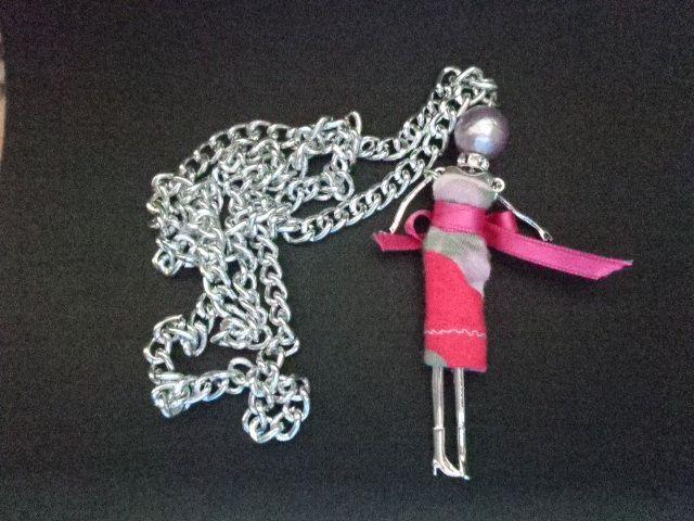 Bambolina con struttura in metallo, con braccia e gambe mobili, con vestitino…