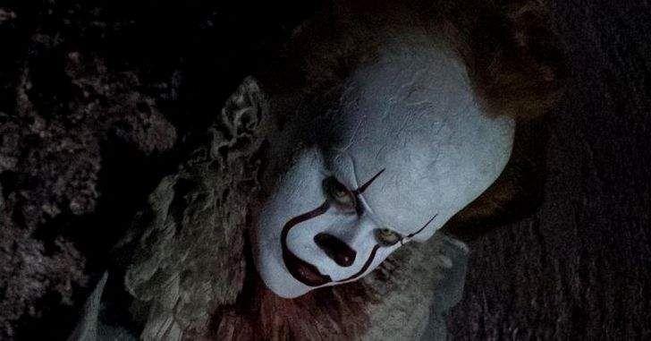 Nova imagem de It: A Coisa mostra o assustador palhaço Pennywise nos bastidores do filme! No último sábado, foi divulgada uma nova imagem de It: A Coisa, a nova adaptação do popular livro de horror por Stephen King. A imagem, liberada por alguém da produção, mostra uma foto tirada do monitor de filmagens. Aqui, podemos ver o demoníaco palhaço Pennywise, assustador como sempre, segurando …