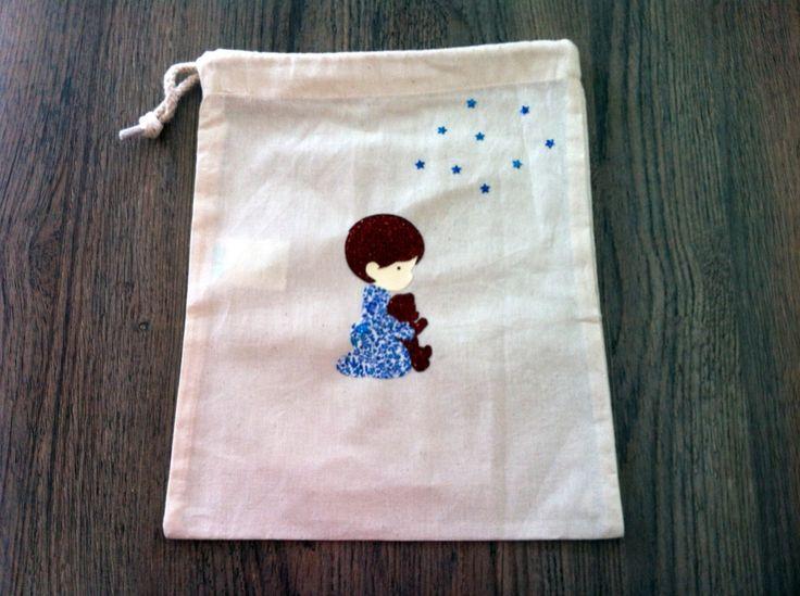sac à doudou en coton pour garçon , petit garçon en pyjama et son doudou : Sacs enfants par nessymatriochka