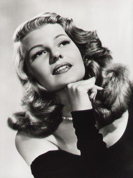 Os cabelos das mulheres estavam mais longos que os dos anos 30. Com a dificuldade em encontrar cabeleireiros, os grampos eram usados para prendê-los e formar cachos.