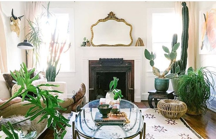 Urban jungle woonkamer met klassieke open haard.