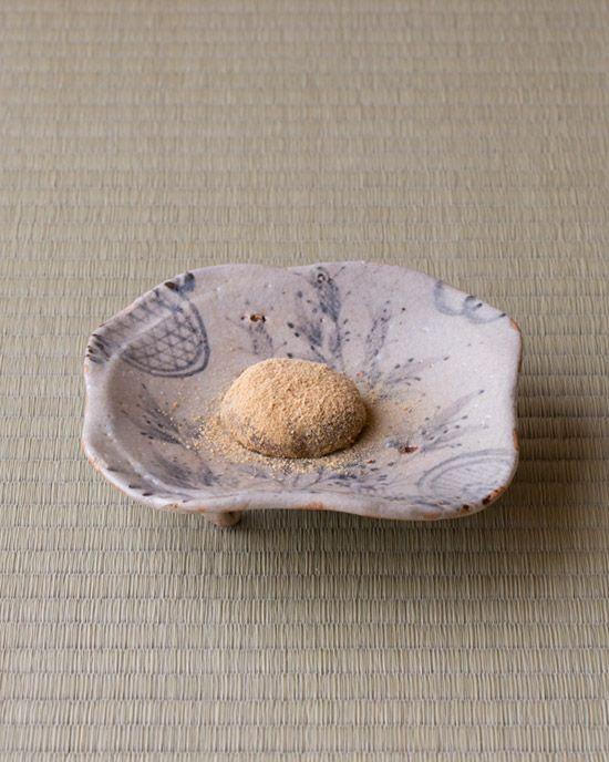 菓=蕨餅/芳光(名古屋) 器=志野草花文四方中皿 桃山時代