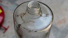 Comment nettoyer une bouteille ou un récipient au goulot trop étroit ? noté 5 - 1 vote Pas facile de nettoyer le fond d'un contenant au goulot trop étroit. Si le goupillon ne suffit pas à atteindre le fond de votre bouteille ou de votre carafe, laissez-le de côté et procurez-vous… du riz! Versez au …