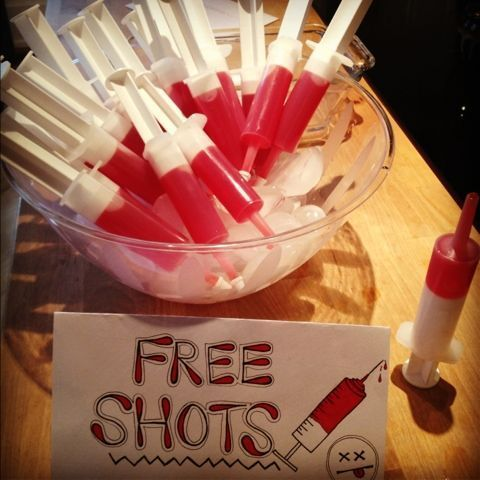 Ideia de seringa com suco de frutas vermelhas para o Dia das Bruxas