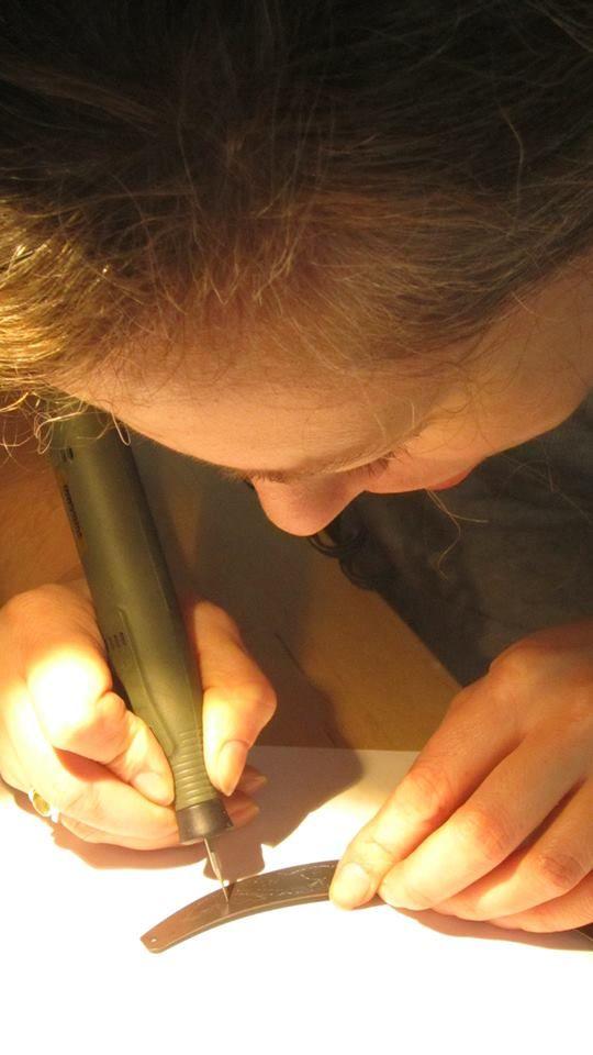 Voici Constance Ruchaud, la créatrice des bijoux Astrance et Clémide en plein travail de gravure sur un pendentif torque.