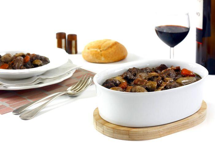 Cómo hacer boeuf bourguignon en crock pot o slow cooker. Receta paso a paso. Descubre esta y otras recetas de guisos de carne en olla de cocción lenta.