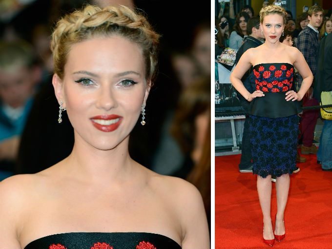 """Scarlett Johansson es una chica que atrae todos los reflectores. Y más si lleva puesto un fabuloso vestido de peplum de Prada.  Así la vimos desfilar por la alfombra roja de la premier de """"Los vengadores"""" en Londres, portando este increíble diseño de Prada acompañado con zapatos de Christian Louboutin y accesorios de Bvlagri."""