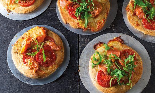 Receita de mini-pizzas de salmão deliciosas e fáceis de preparar. Experimente estas mini-pizzas como refeição ou aperitivo, numa combinação de sabores.