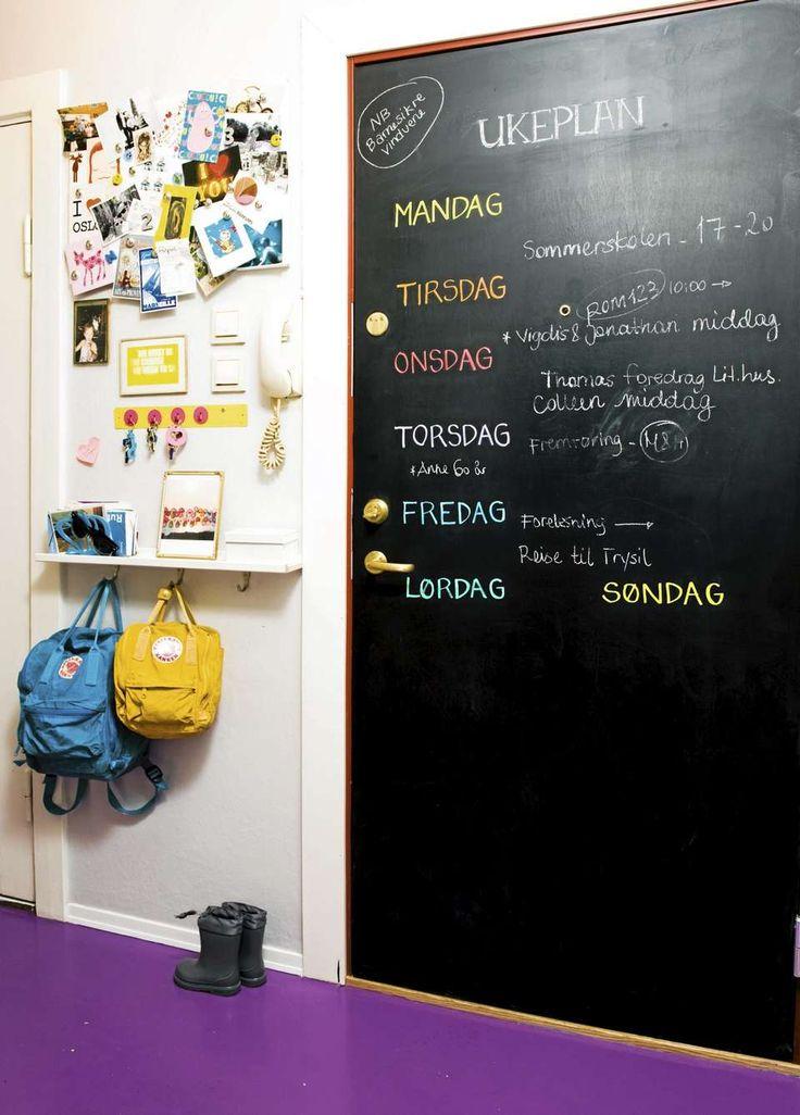 HUSKELISTE: Ytterdøren er malt med tavlemaling. Her er ukas gjøremål listet opp…