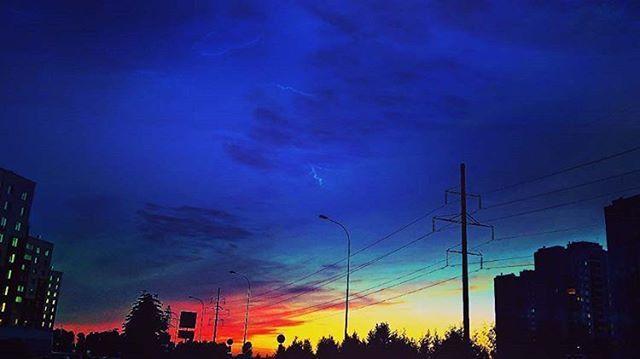 Хоть ночь, хоть день, хоть когда, #Небо, ты поражаешь Меня! 😍✨ #decline #letsgo #go #sky #beautiful #vegan #veganism #veganlife #nature #naturalbeauty #naturephotography #free #freedom #air #street #yellow #red #blue #green #sora #clouds #night Я уже говорил, что обожаю #ночные прогулки?!) На фото причина☺ #Мне_бы_в_небо Natural Beauty from BEAUT.E