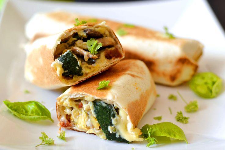 Reggeli burrito recept: Gyors reggeli mindössze 20-25 perc alatt. Tojás, zöldségek és sajt, tortillába tekerve, serpenyőben átsütve. A tökéletes reggeli! :) Én imádom.... ;)