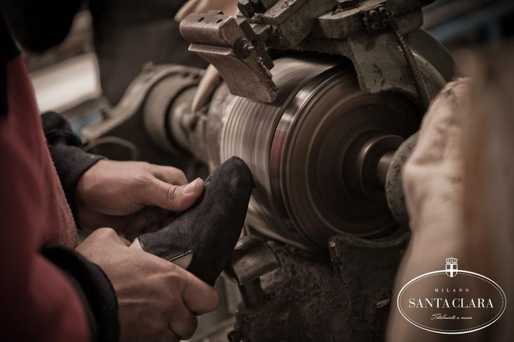 La lavorazione a mano è uno dei valori cardine su cui si fonda Santa Clara wwww.santaclaramilano.com